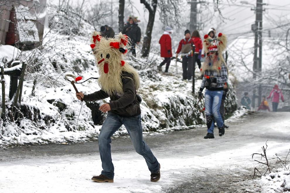 Jocul moşilor, obicei din satul Chiuzbaia, judeţul Maramureş, în care personaje mascate, moşii, ies pe stradă a doua zi de Crăciun şi biciuiesc băieţii întâlniţi in cale, duminică, 26 decembrie 2010.