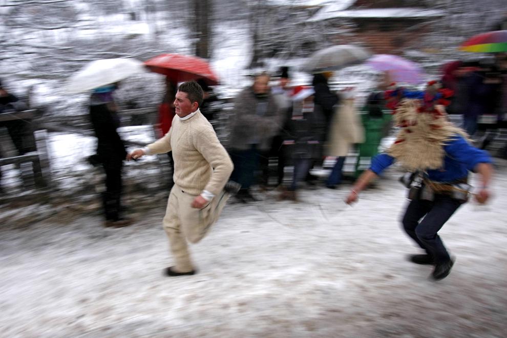 Jocul moşilor, obicei din satul Chiuzbaia, judeţul Maramureş, în care personaje mascate, moşii, ies pe stradă a doua zi de Crăciun şi biciuiesc băieţii întâlniţi în cale, duminică, 26 decembrie 2010.