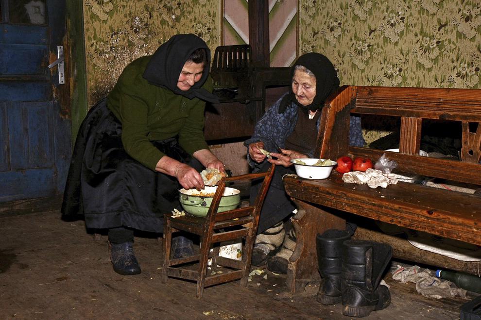 Două femei pregătesc sarmalele pentru Crăciun, într-o casă bătrânească din satul Breb, judeţul Maramureş, sâmbătă, 24 decembrie 2011.