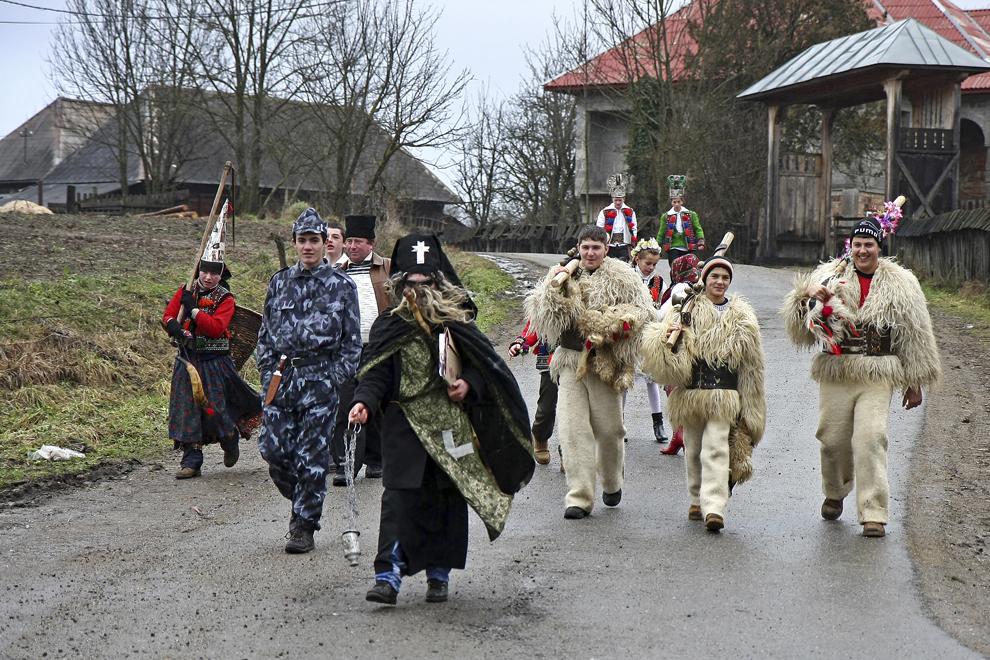 """Persoane costumate reprezentând personajele din piesa de teatru popular """"Viflaimul"""" din satul Breb, judeţul Maramureş, duminică, 25 decembrie 2011."""