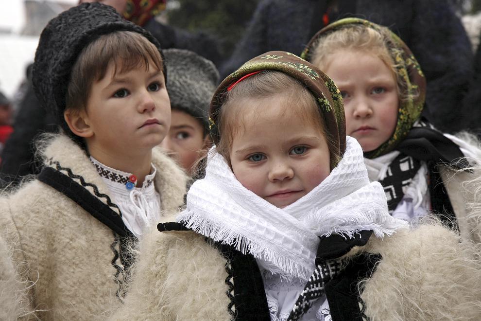 Copii colindă cu ocazia Festivalului de Datini Marmaţia 2009, la Sighetu Marmaţiei, duminică, 27 decembrie 2009.