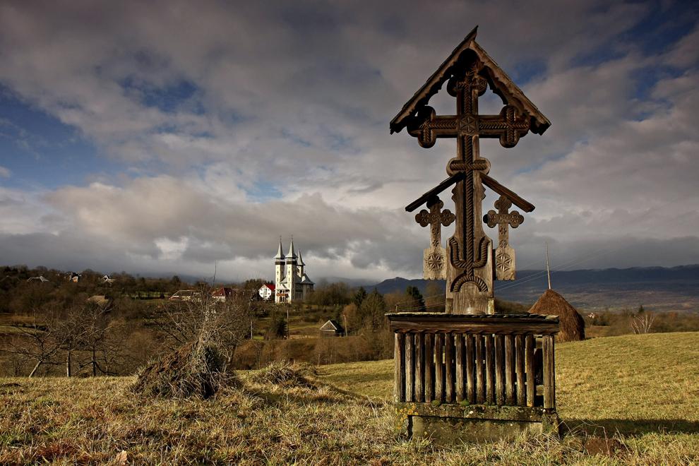 O troiţă sculptată de lemn, deasupra satului Breb, judeţul Maramureş, duminică 26 decembrie 2010.