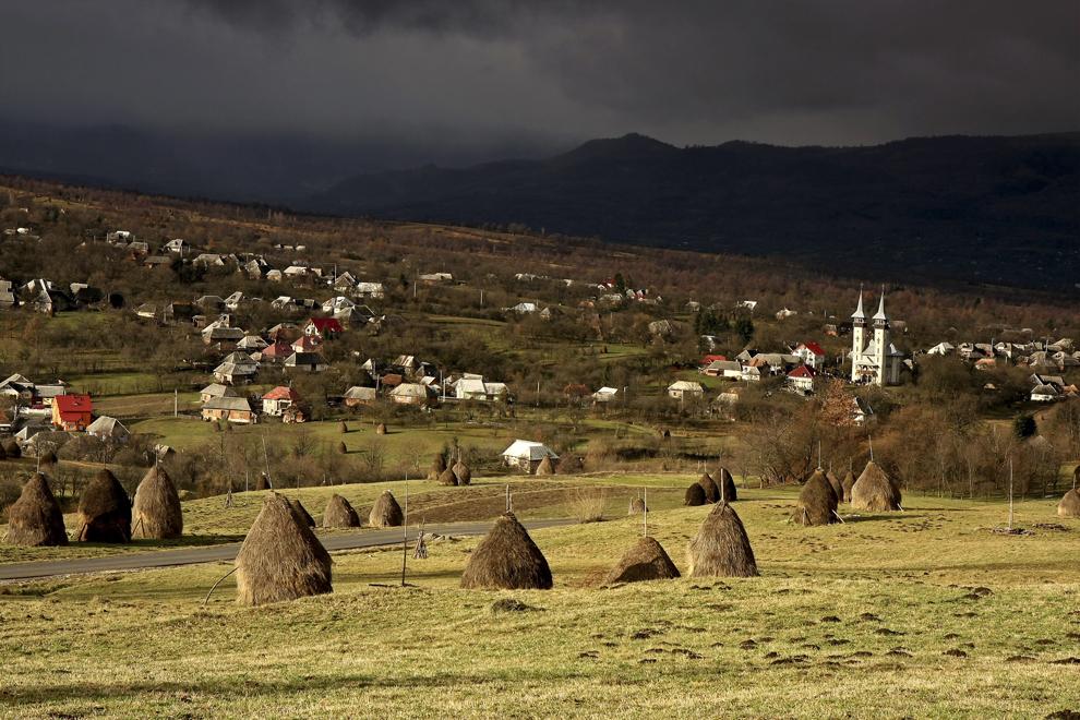 Vedere generală deasupra satului Breb, judeţul Maramureş, duminică 26 decembrie 2010.