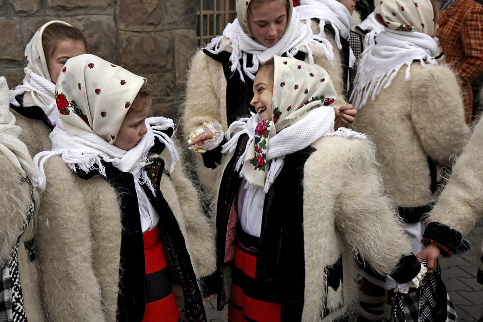 Copii îmbrăcaţi în port tradiţional maramureşean, colindă cu ocazia Festivalului de Datini Marmaţia 2009, la Sighetu Marmaţiei, duminică, 27 decembrie 2009.