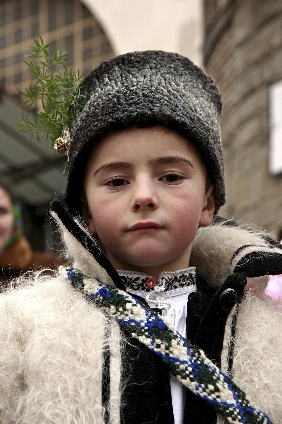 Un copil îmbrăcat în port tradiţional maramureşean, colindă cu ocazia Festivalului de Datini Marmaţia 2009, la Sighetu Marmaţiei, duminică, 27 decembrie 2009.