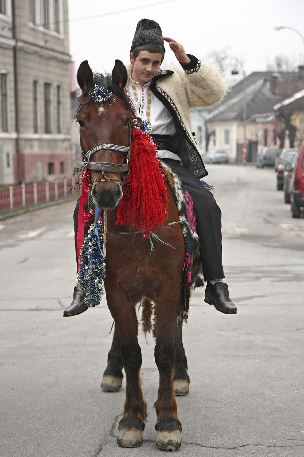 Un tânăr călare îmbrăcat în port tradiţional maramureşean, colindă cu ocazia Festivalului de Datini Marmaţia 2009, la Sighetu Marmaţiei, duminică, 27 decembrie 2009.