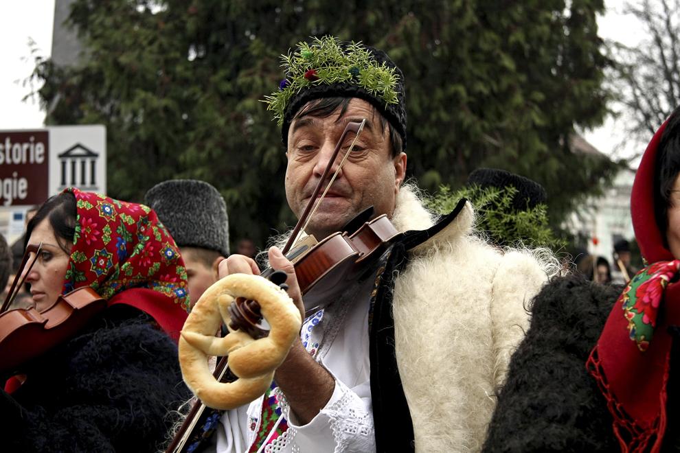 Oameni din localitatea Vadu Izei colindă cu ocazia Festivalului de Datini Marmaţia 2009, la Sighetu Marmaţiei, duminică, 27 decembrie 2009.