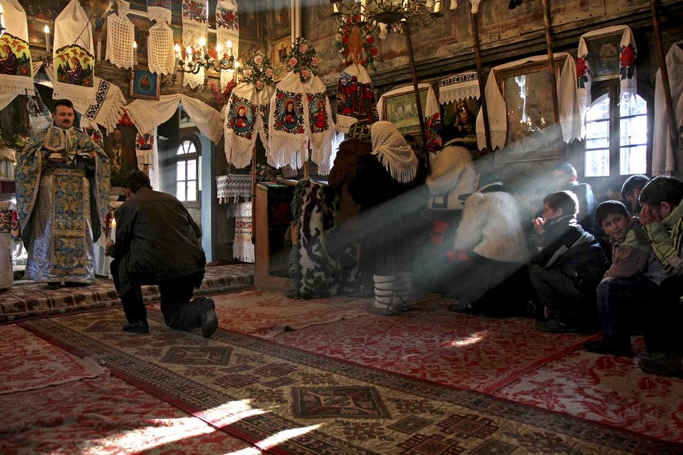 Persoane  participă la slujba de Crăciun, în biserica de lemn din satul Hoteni, judeţul Maramureş, joi,  25 decembrie 2008.
