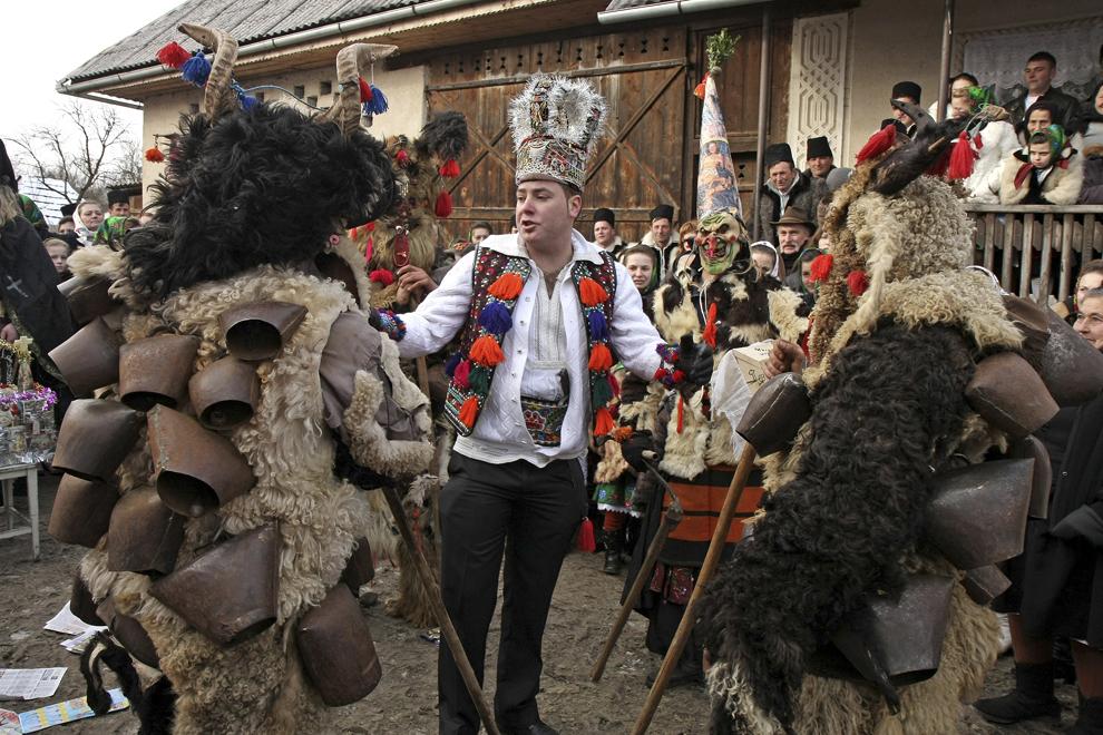"""Tineri costumaţi reprezentând personajele """" Irod şi Dracii"""", participă la piesa de teatru popular """"Viflaimul"""" din satul Breb, judeţul Maramureş, joi,  25 decembrie 2008."""