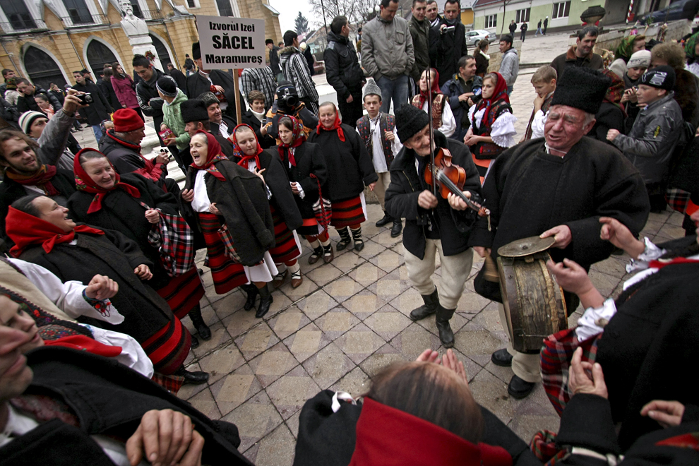 Oameni din localitatea Săcel colindă cu ocazia Festivalului de Datini Marmaţia 2009, la Sighetu Marmaţiei, duminică, 27 decembrie 2009.