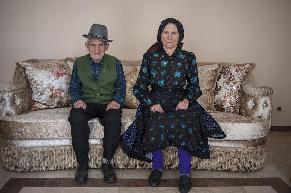 Certeze, Ţara Oaşului. Gheorghe şi Maria Baltă au 3 copii, toţi plecaţi în Franţa. De-a lungul timpului au transformat şi extins casa bătrânească, până a ajuns în varianta de astăzi, cu 2 etaje şi o faţadă de sticlă.