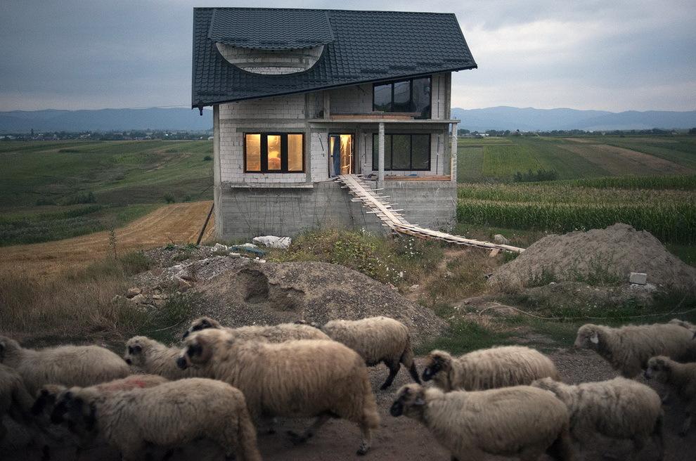 Cajvana, Bucovina.  Cajvana (plecaţi în Italia) este pentru Bucovina ca Certeze pentru Ţara Oaşului. Aici se construieşte cel mai mult, luxos; de aici pleacă moda către satele din jur.