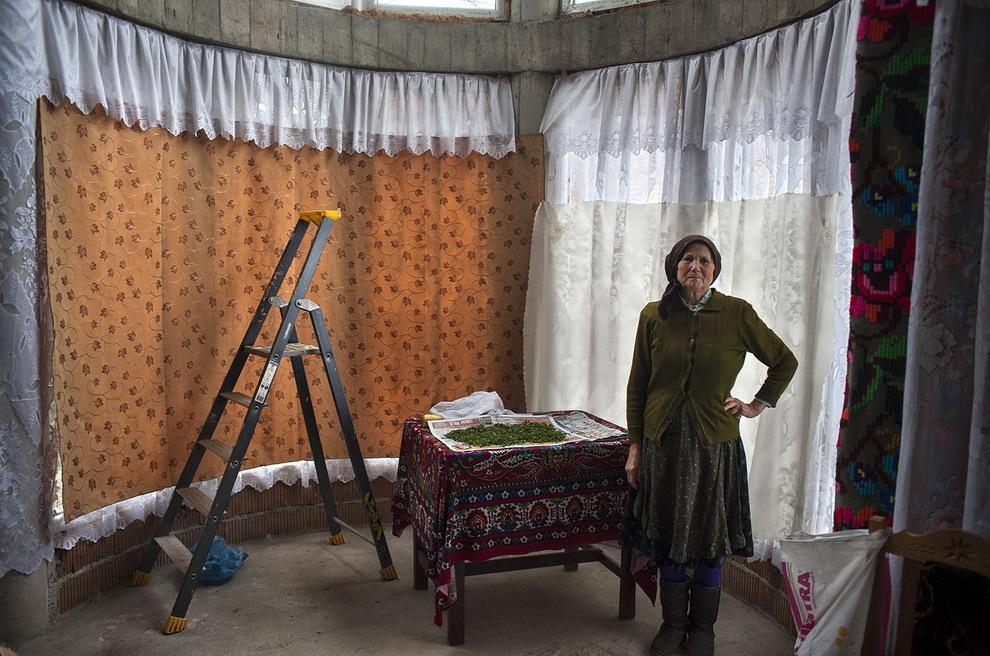 Certeze, Ţara Oaşului. Maria Baltă usucă nişte pătrunjel în spaţiul unde va fi construită în curând o scară în spirală.