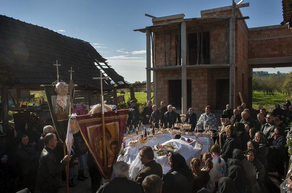 Bixad, Ţara Oaşului. Înmormântarea lui Man Ion, de 84 de ani. În curtea casei bătrâneşti nepotul plecat în Spania ridică o vilă modernă.