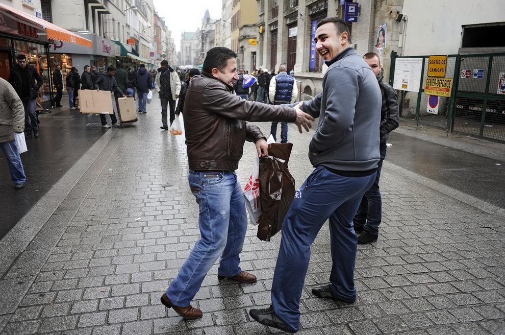 Paris, Saint Denis. Doi oşeni se recunosc pe stradă şi se salută cu bucurie.