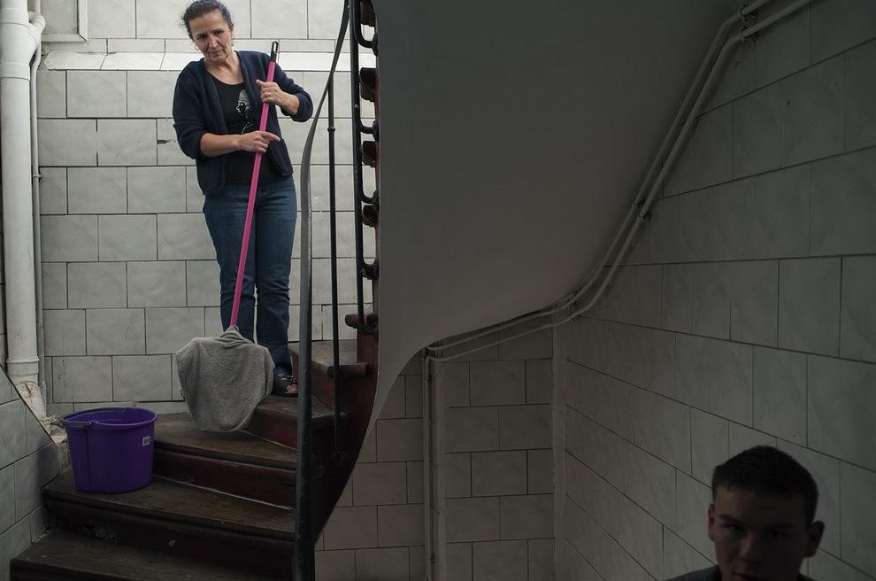 Saint Denis, Paris. Lica Cotroş face curăţenie pe scare blocului în care trăieşte împreună cu familia ei din Certeze.