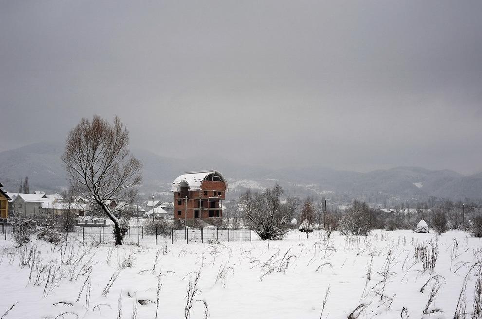 Târşolţ, Ţara Oaşului. Casa lui Mişca, betonier la Paris, ridicată în urma unui pariu cu un văr care i-a spus că nu-şi poate face o casă mai mare ca a lui.