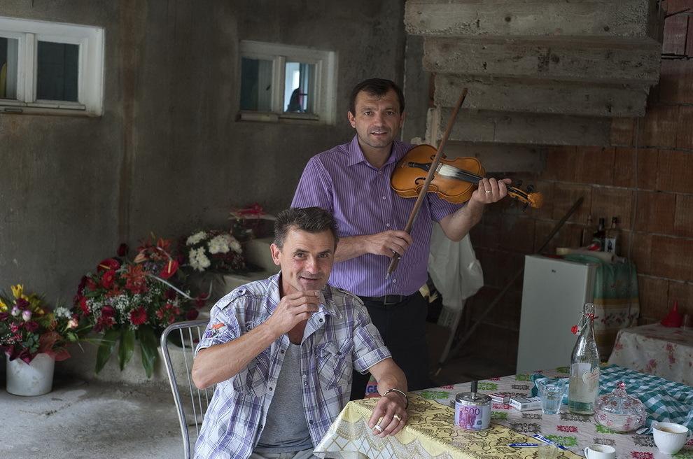 Moişeni, Ţara Oaşului. Ilie Boborează, muncitor la Paris venit în vacanţă în satul natal serbează nunta unei rude apropiate.