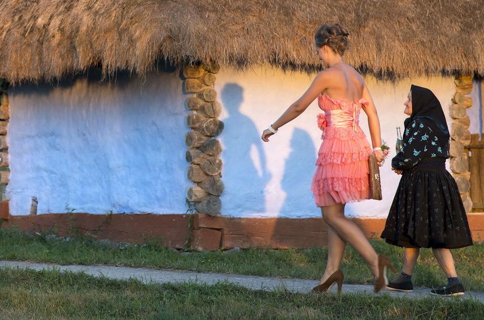 Negreşti, Ţara Oaşului. Două femei ce fac parte dintr-un alai de nuntă au venit, după obiceiul din zonă, să se pozeze în faţa caselor tradiţionale de la muzeul satului din Negreşti.
