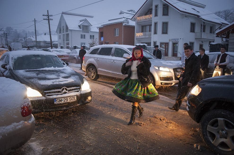 Târşolţ, Ţara Oaşului. Lumea din sat se îndreaptă către căminul cultural unde are loc o nuntă.