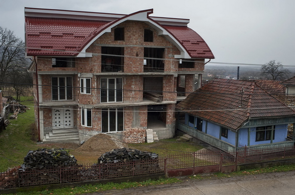 Moişeni, Ţara Oaşului. Casa mică a bătrânilor Gherman stă lipită de duplexul construit de doi nepoţi ai lor, plecaţi în Franţa.