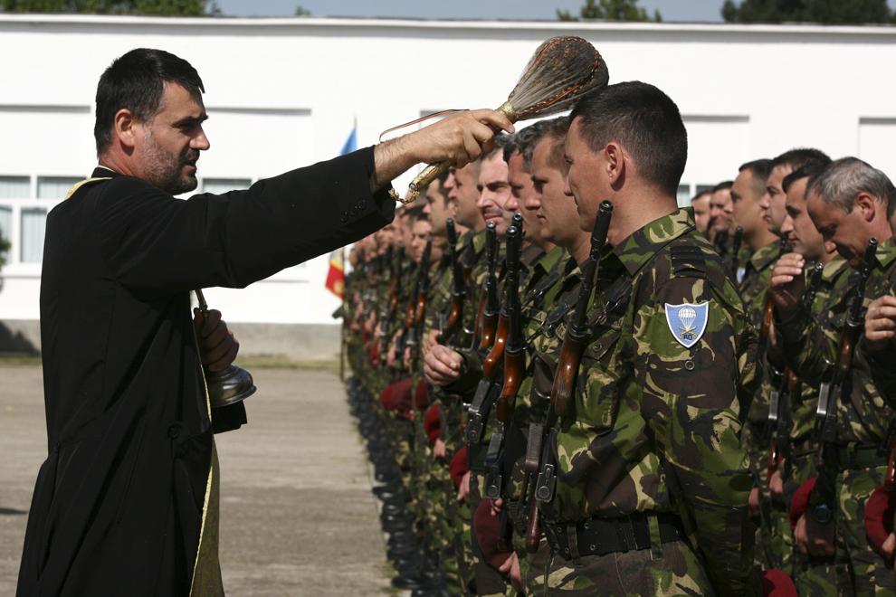 Un preot militar binecuvântează militarii detaşamentului ROFND XVIII la revenirea în ţară din teatrul de operaţiuni din Kosovo, la Buzău, miercuri, 9 septembrie 2009.