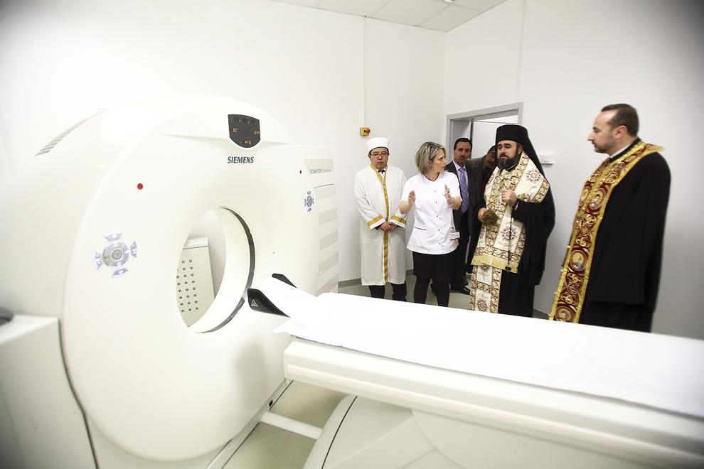 Un preot al Bisericii Ortodoxe Române sfinţeşte clinica cu servicii medicale, inaugurată de Centrul Medical Medas, integrată în incinta Unirea Shopping Center, în Bucureşti, marţi, 7 decembrie 2010.