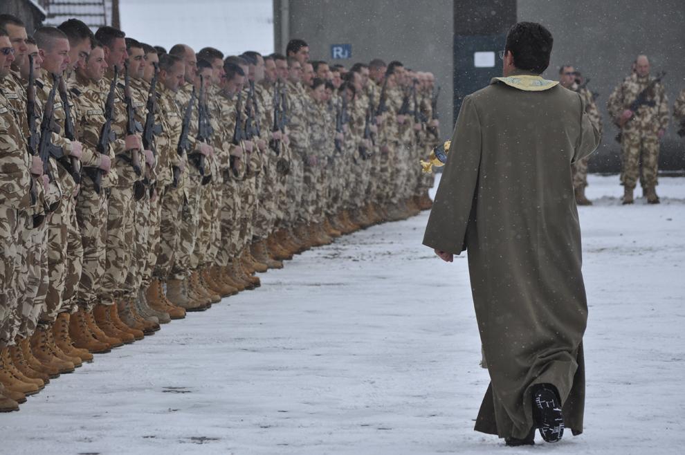 Un preot binecuvântează militarii Batalionului 812 Infanterie Şoimii Carpaţilor din Bistriţa, în timpul ceremonialului oficial de întoarcere din misiunea desfăşurată în Afganistan, marţi, 22 februarie 2011.