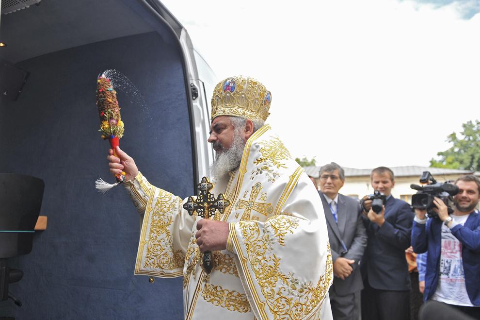 Patriarhul BOR, preafericitul părinte Daniel, sfinţeşte carul de transmisiuni prin satelit aparţinând televiziunii Trinitas TV, în Bucureşti, vineri, 30 septembrie 2011.