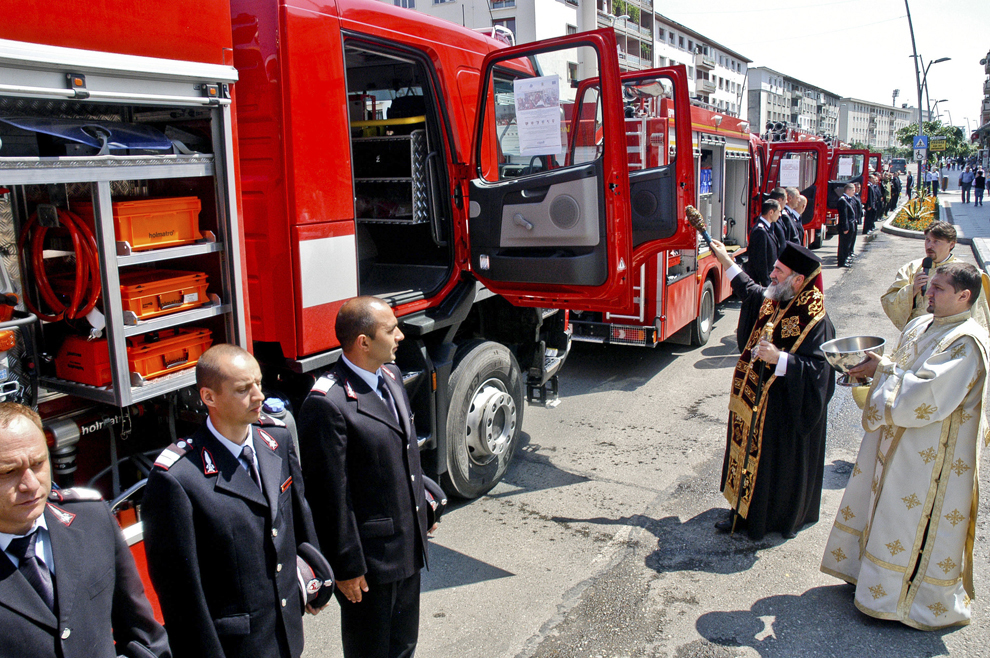PS Ioachim Bacăuanul, episcop-vicar al Arhiepiscopiei Romanului şi Bacăului, sfinţeşte noile autoutilitare achiziţionate de Consiliul Judeţean Bacău pentru ISU Bacău prin proiect Regio, cu fonduri UE, în Piaţa Tricolorului din Bacău, joi, 31 mai 2012.