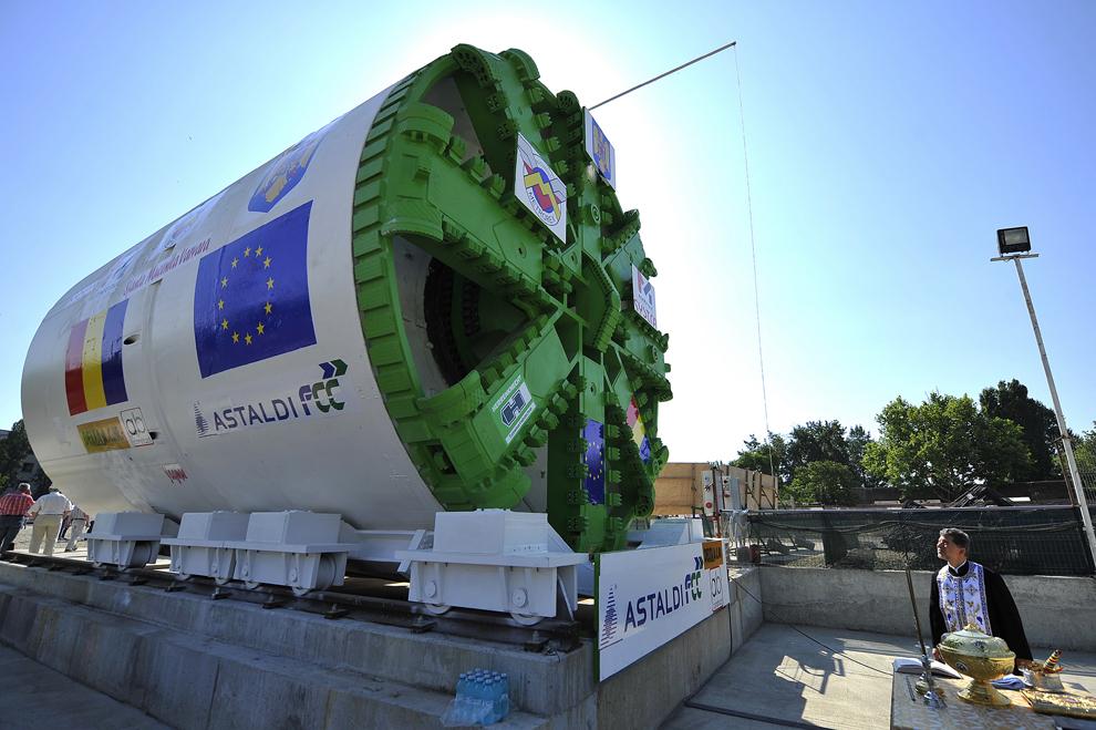Un preot participă la o ceremonie de sfinţire a echipamentelor Tunnel Boring Machine (TBM), care vor lucra la execuţia tunelelor de metrou de la Linia 5 Drumul Taberei - Pantelimon, tronsonul Râul Doamnei - Eroilor, în Bucureşti, vineri, 6 iulie 2012.