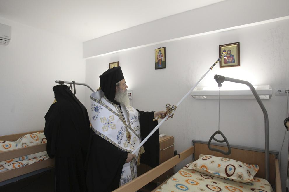 """IPS Efrem, Mitropolit de Ydra, Eghina, Spetses şi Kounoupitsa, sfinţeşte Centrul de îngrijiri paliative """"Sfântul Nectarie"""" cu prilejul inaugurării acestuia, în Bucureşti, miercuri, 24 octombrie 2012."""