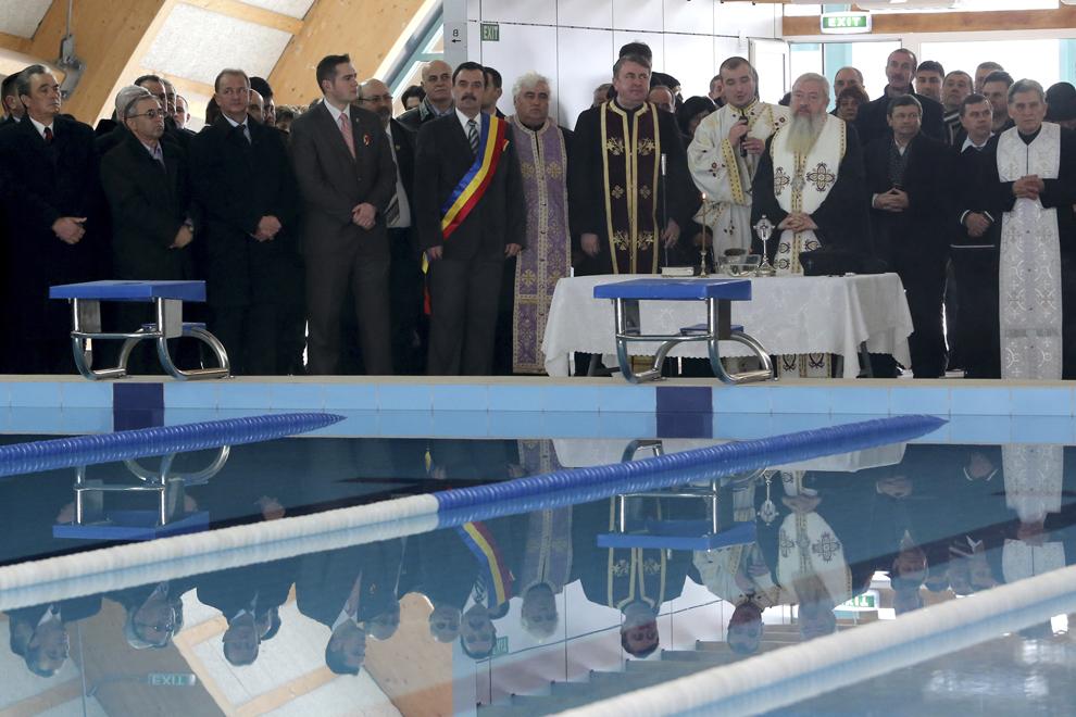 IPS Andrei (D), Mitropolitul Clujului, Maramureşului şi Sălajului, oficiază împreună cu un sobor de preoţi slujba de sfinţire a bazinului de înot didactic, cu ocazia inaugurării obiectivului, joi, 7 februarie 2013, la Turda.