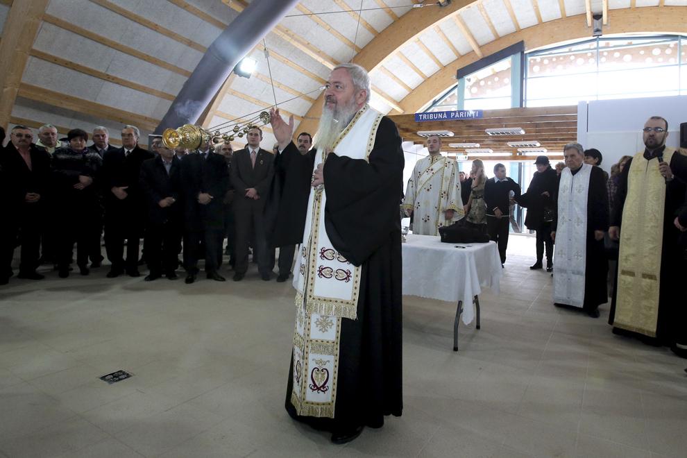 IPS Andrei (C), Mitropolitul Clujului, Maramuresului si Salajului, oficiază impreuna cu un sobor de preoti slujba de sfintire a bazinului de inot didactic, cu ocazia inaugurarii obiectivului, joi, 7 februarie 2013, la Turda.