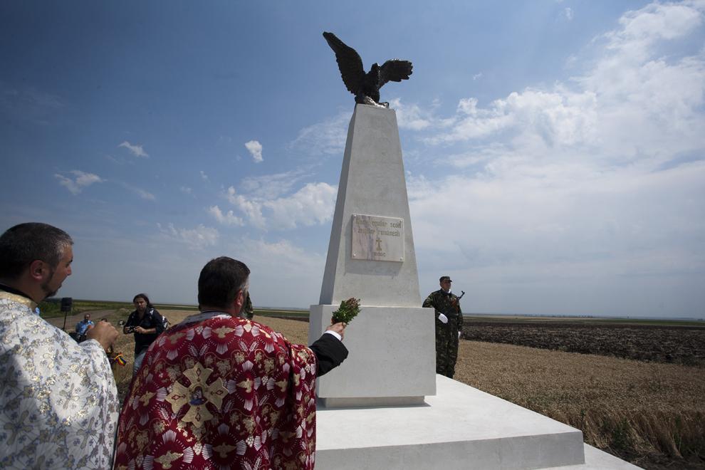 Un preot ortodox sfinţeşte monumentul ridicat în memoria aviatorilor militari căzuţi la datorie la Poşta Câlnău, în Buzău, vineri, 5 iulie 2013.