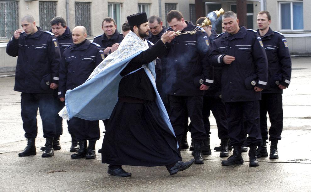 Un preot tămâiază subunităţile adunate cu ocazia inaugurării noii săli de sport ce poartă numele lui Dan Botezatu, multiplu campion naţional de karate şi fost instructor sportiv al unităţii de jandarmi, în Bacău, vineri, 26 februarie 2010.