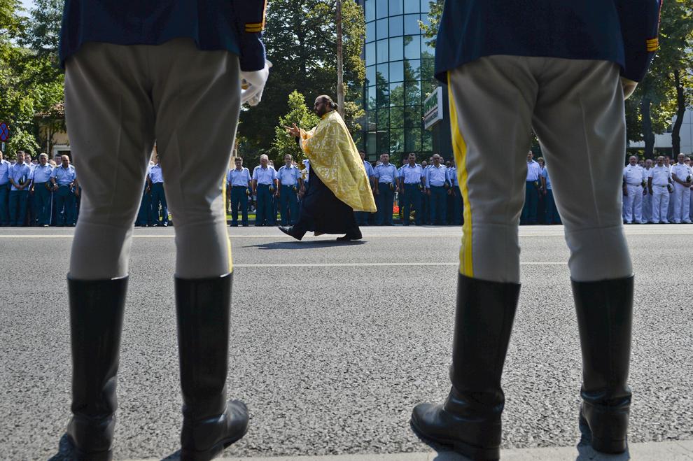 Un preot binecuvântează cadre militare în timpul ceremoniei religioase, cu ocazia Zilei Aviaţiei Române şi a Forţelor Aeriene desfăşurată la Monumentul Eroilor Aerului din Piaţa Aviatorilor din Bucureşti, sâmbătă, 20 iunie 2013.