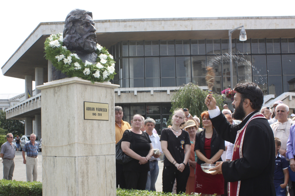 Un preot sfinţeşte bustul poetului Adrian Păunescu, la Craiova, duminică, 21 iulie 2013.