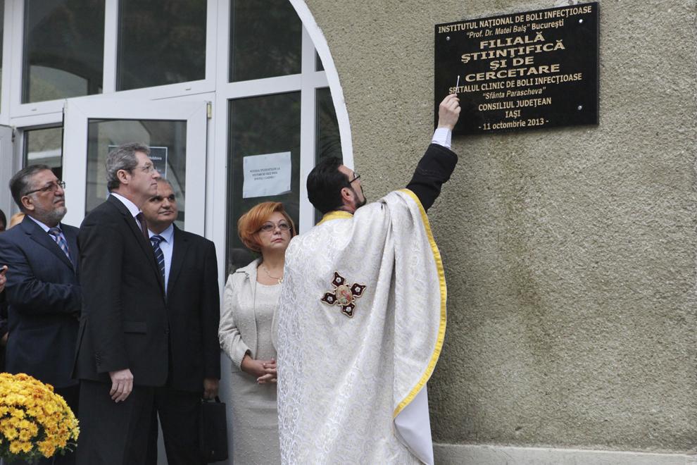 """Un preot sfinţeşte placa inaugurală a filialei ieşene a Institutului de Boli Infecţioase """"Prof.dr.Matei Balş"""", vineri, 11 octombrie 2013."""