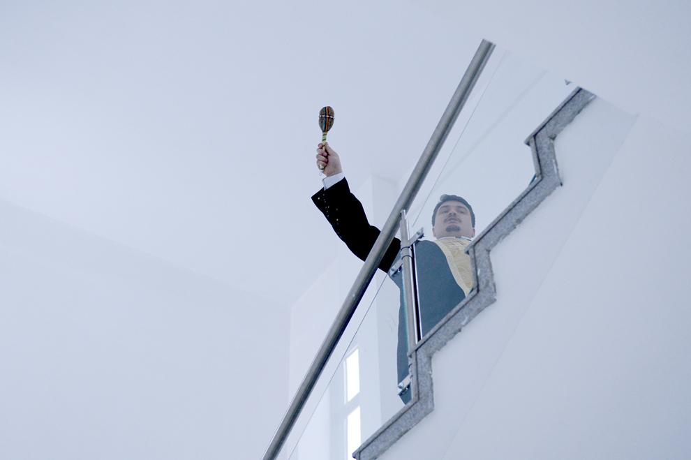 Un preot stropeşte cu apă sfinţită noul sediu al Facultăţii de Sociologie şi Asistenţă Socială, în Bucureşti, luni, 11 noiembrie 2013.
