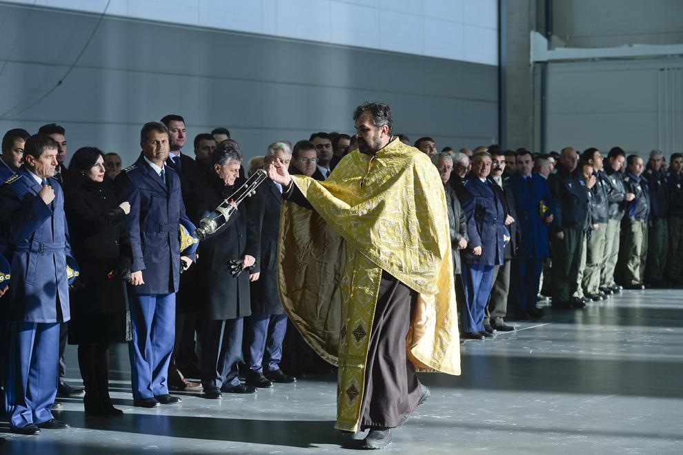 Un preot oficiază slujba de sfinţire a noului hangar de mentenanţă pentru aeronavele C130 Hercules, inaugurat la Flotila 90 de Transport Aerian Otopeni, marţi, 3 decembrie 2013.