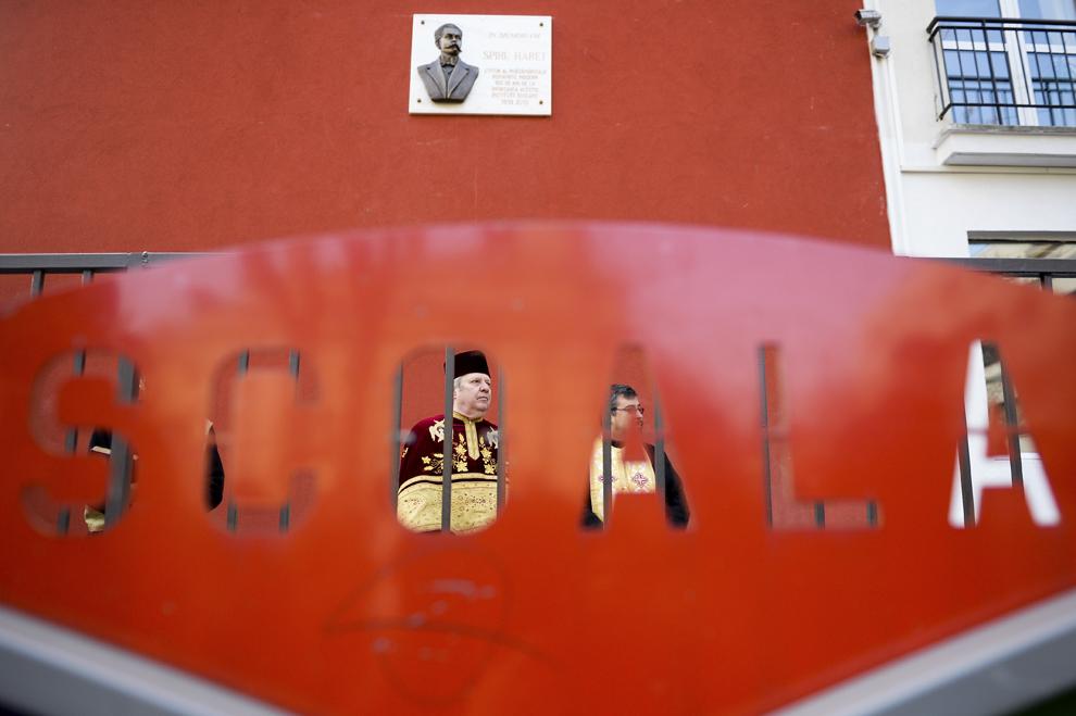 Imagine cu o piatră comemorativă, dezvelită cu ocazia aniversării centenarului liceului Spiru Haret din Bucureşti, vineri, 13 decembrie 2013.
