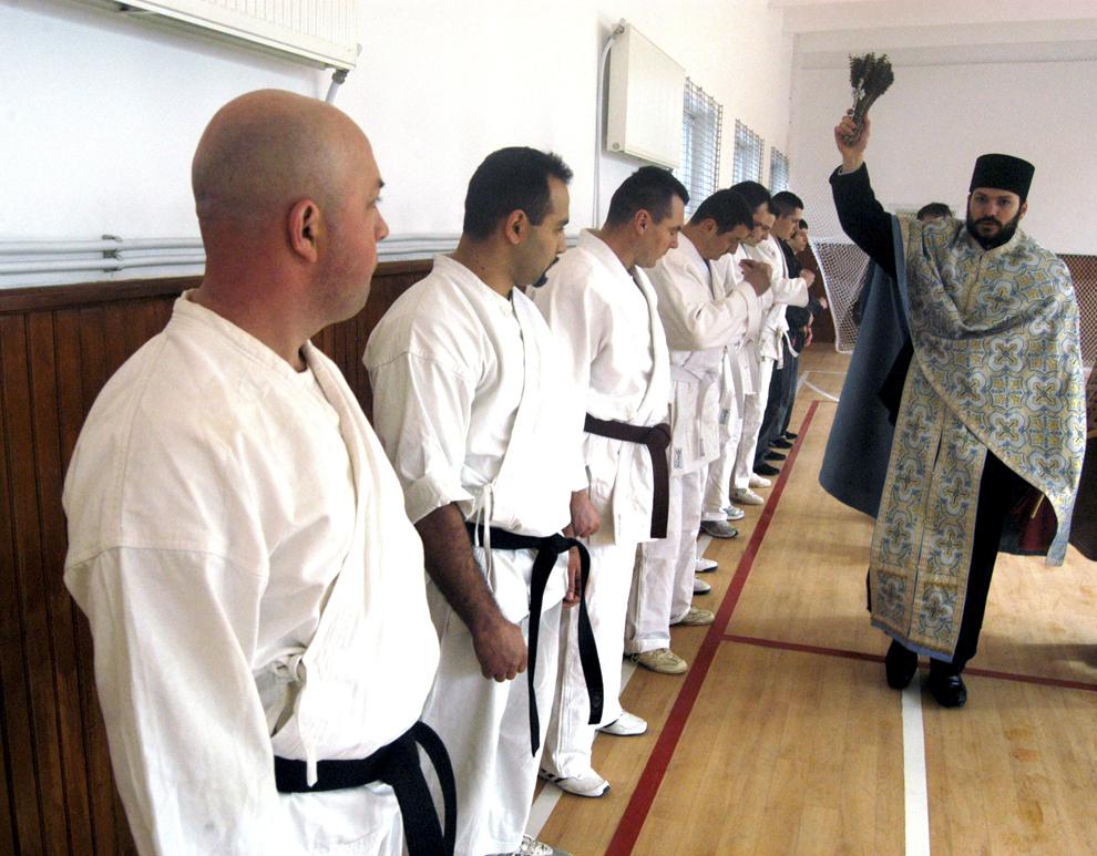 Un preot oficiază slujba de sfinţire a noii săli de sport ce poarta numele lui Dan Botezatu, multiplu campion naţional de karate şi fost instructor sportiv al unităţii de jandarmi, în Bacău, vineri, 26 februarie 2010.