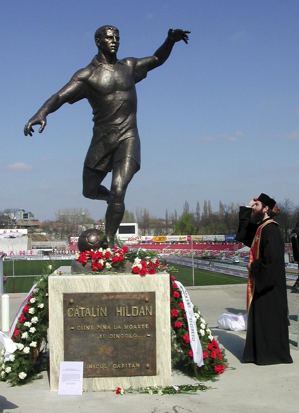 """Statuia fostului fotbalist dinamovist Cătălin Hîldan, amplasată în faţa Stadionului """"Dinamo"""" a fost dezvelită în cadrul unei ceremonii."""