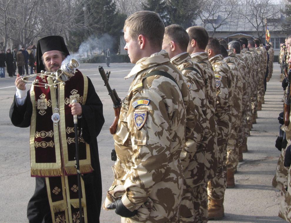 """La Batalionul 300 Infanterie din Galaţi, a avut loc, joi, ceremonialul prijeluit de plecarea în misiune a contigentului participant la operaţiunea """"Enduring Freedom VI"""", din Afganistan."""