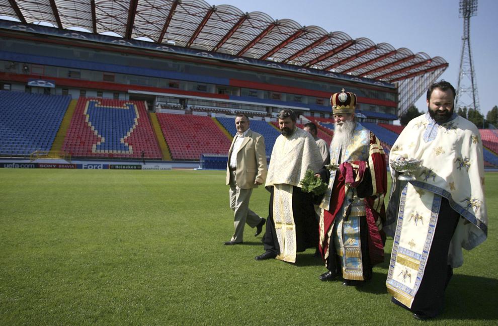 Un sobor de preoţi sfinţeşte stadionul echipei Steaua Bucureşti, luni, 25 septembrie 2006.