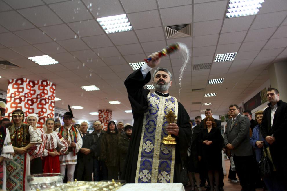 Un preot sfinţeşte Piaţa Crângaşi în ziua deschiderii oficiale, în Bucureşti, sâmbătă, 20 martie 2010.