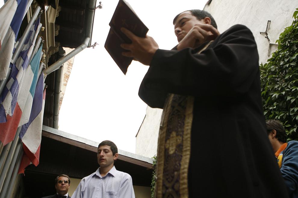 Un preot oficiază slujba de comemorare a fraţilor încorporaţi în eternitate, alături de Viorel Danacu (S), Mare Maestru al Marii Loje Naţionale a României, la Templul Istoric Masonic din Bucureşti, sâmbătă, 8 septembrie 2007.