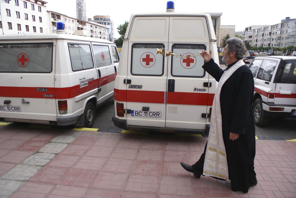 Preotul Constantin Tomozei sfinţeşte autospecialele donate de Crucea Roşie italiană, în Piaţa Tricolorului din municipiul Bacău, joi, 8 mai 2008.