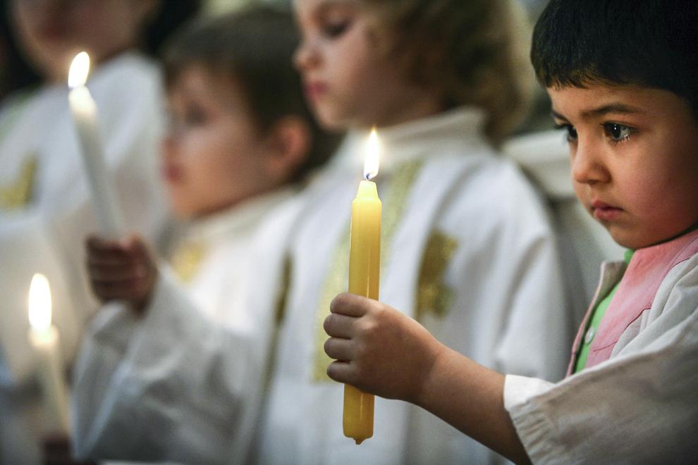 """Gor Perikhanyan participă la ceremonialul religios oficiat în Joia Mare şi intitulat """"Spălatul picioarelor"""", în Catedrala Apostolica Armeană Sfinţii Arhangheli Mihail şi Gavril din Bucureşti. Potrivit tradiţiei, preotul paroh spală şi unge cu mir picioarele a 12 baieţi (sau copii), gestul semnificând spălarea picioarelor celor 12 Apostoli de către Isus Hristos, în seara Cinei de Taină."""